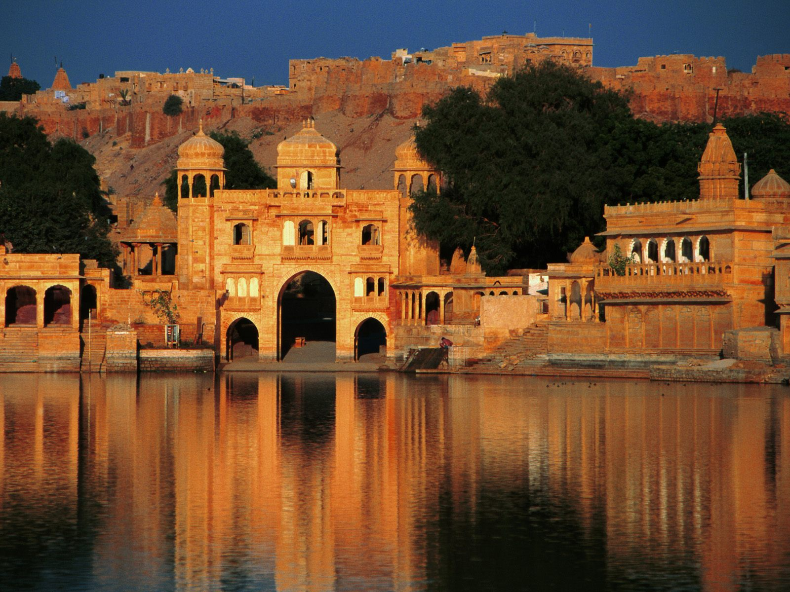 A_Shiva_Temple_and_Tilon_Gate_on_the_banks_of_Gadi_Sagar,_Jaisalmer,_Rajasthan,_India