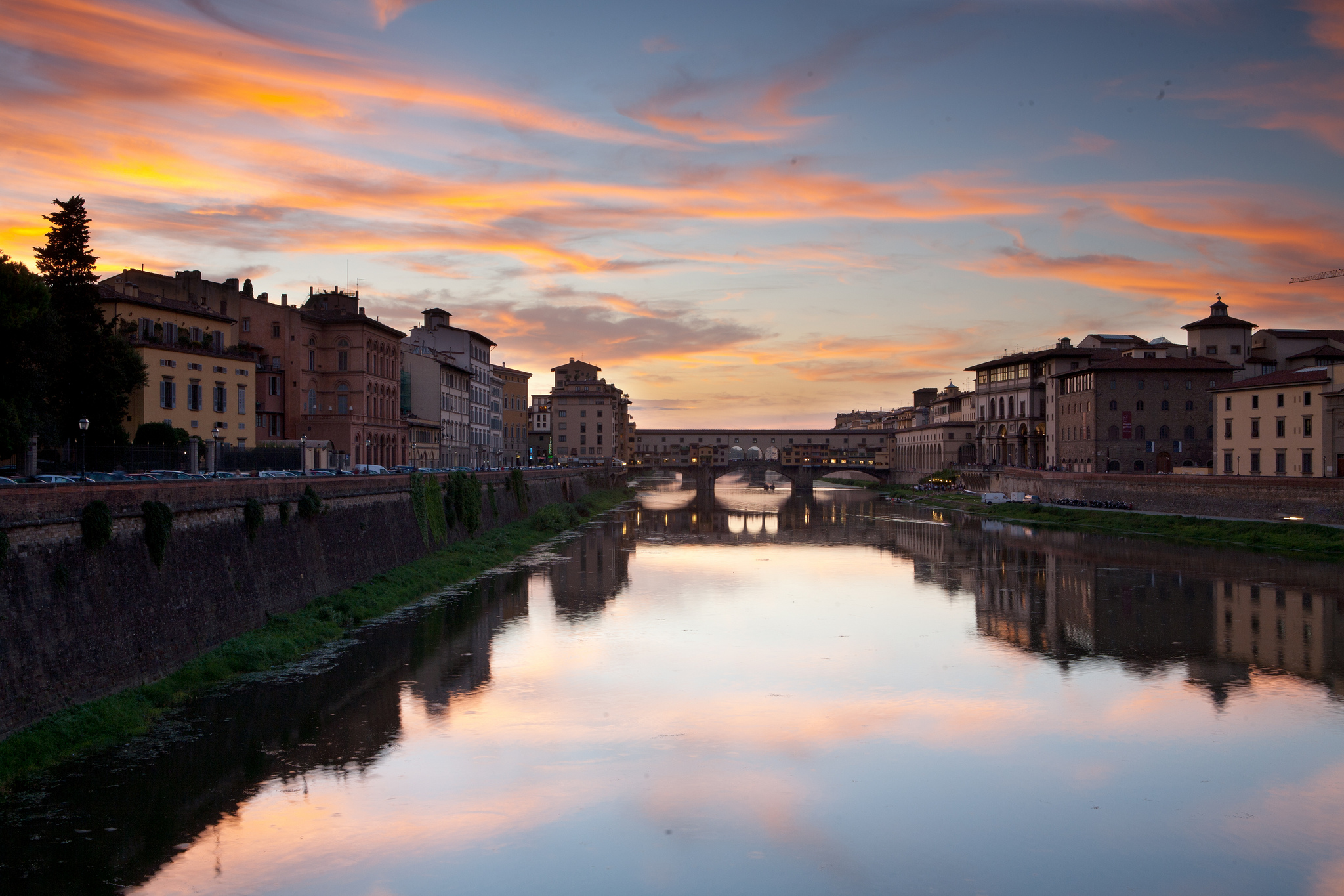 Arno_river_sunset,_Florence,_Italy